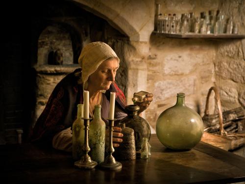 Alchemistin bei der Verwendung von medizinischem  Alkohol