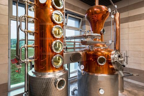Eine moderne Destillieranlage für die Herstellung von Spirituosen